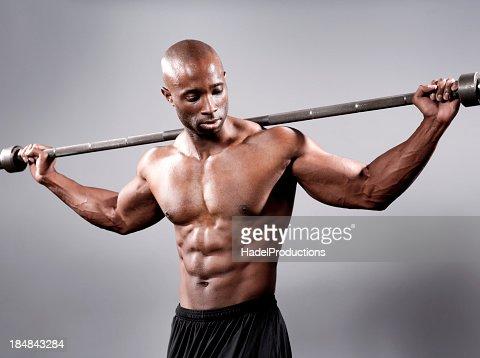 Bodybuilder でポーズを取るウェイト