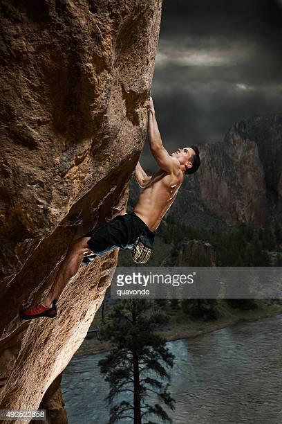 Athletic escaladeur suspendue sur la falaise