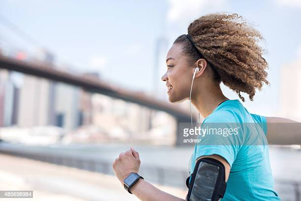 Athletic woman running im Freien