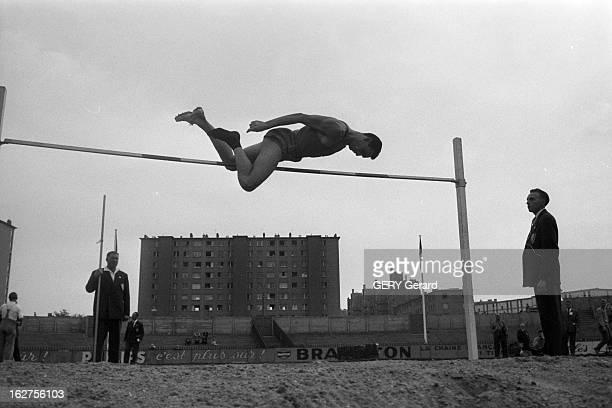 France Sweden En France en septembre 1959 Rencontre d'athlétisme entre la France et la Suède au stade de Colombes Un athlète au saut en hauteur en...