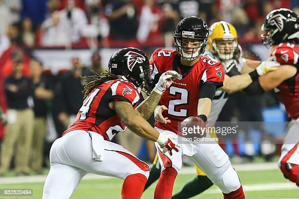 Atlanta Falcons quarterback Matt Ryan hands the ball off to Atlanta Falcons running back Devonta Freeman during the second half of the NFC...