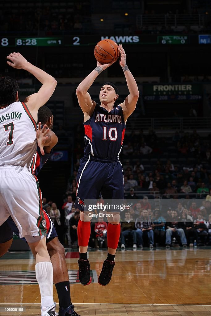 Atlanta Hawks point guard <a gi-track='captionPersonalityLinkClicked' href=/galleries/search?phrase=Mike+Bibby&family=editorial&specificpeople=201503 ng-click='$event.stopPropagation()'>Mike Bibby</a> #10 goes for a jump shot during the game against the Milwaukee Bucks on January 26, 2011 at the Bradley Center in Milwaukee, Wisconsin. The Bucks won 98-90.