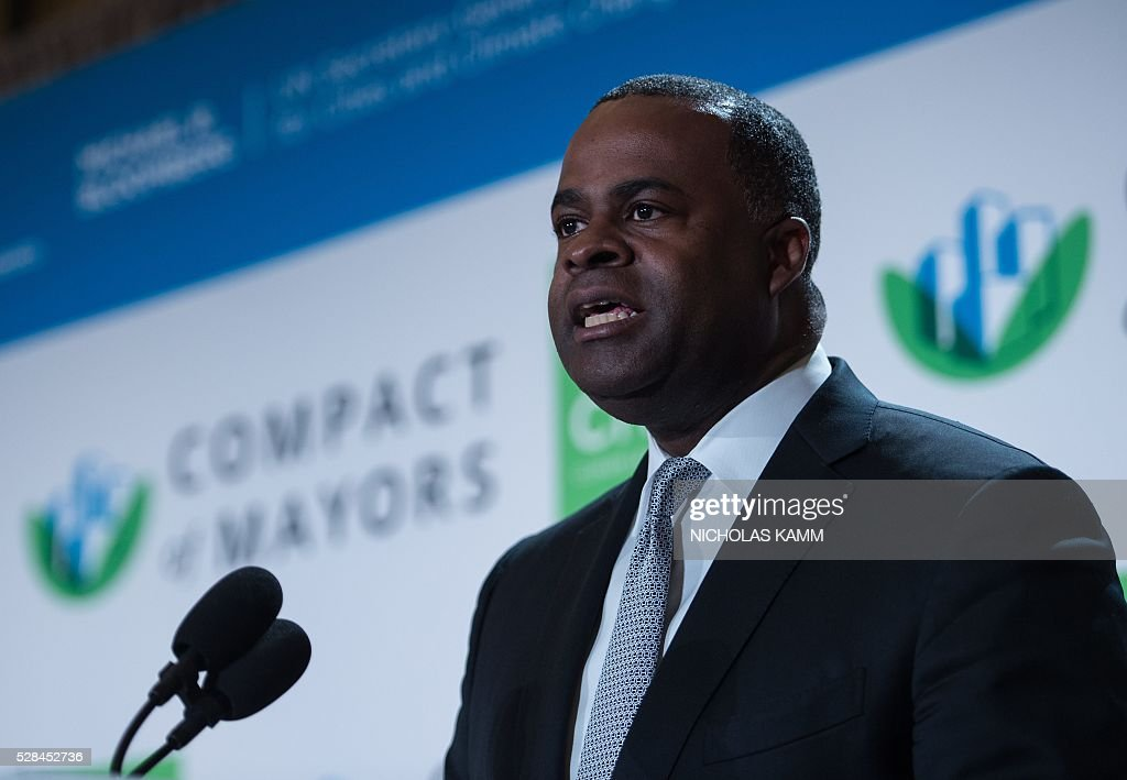 Atlanta mayor Kasim Reed speaks at the C40 and Compact of Mayors briefing during the Climate Action 2016 conference in Washington, DC, on May 5, 2016. / AFP / NICHOLAS