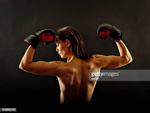 Atletic フィットネス女性彼女の背中を力強く