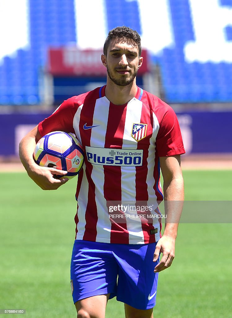 Atletico de Madrid's Croatian defender Sime Vrsaljko poses on the pitch during his presentation as new player of the club at the Vicente Calderon stadium in Madrid on July 18, 2016. / AFP / PIERRE