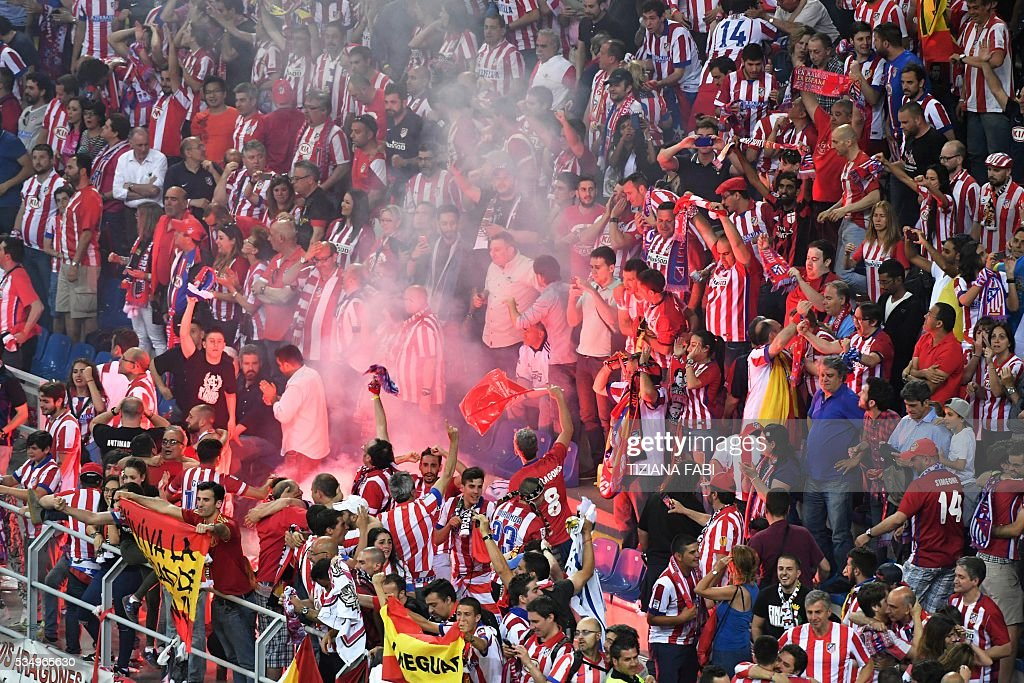 Atletico Madrid fans celebrate a goal during the UEFA Champions League final football match between Real Madrid and Atletico Madrid at San Siro Stadium in Milan, on May 28, 2016. / AFP / TIZIANA