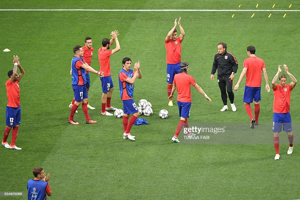 Atletico Madrid players acknowledge the crowd prior to the start of the UEFA Champions League final football match between Real Madrid and Atletico Madrid at San Siro Stadium in Milan, on May 28, 2016. / AFP / TIZIANA