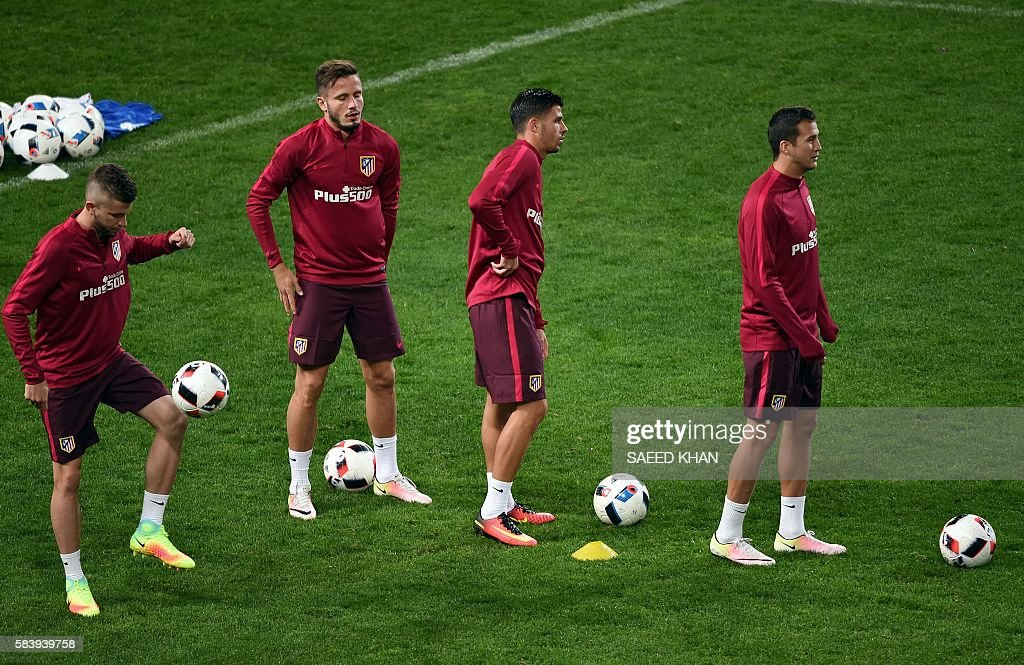 Atletico Madrid players engage in drills during a football training session at AAMI Park in Melbourne on July 28, 2016. / AFP / SAEED