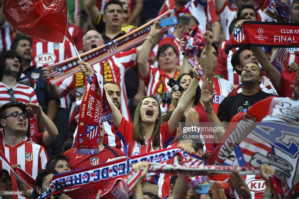 Atletico Madrid supporters cheer ahead of the start of the UEFA Champions League final football match between Real Madrid and Atletico Madrid at San Siro Stadium in Milan, on May 28, 2016. / AFP / OLIVIER