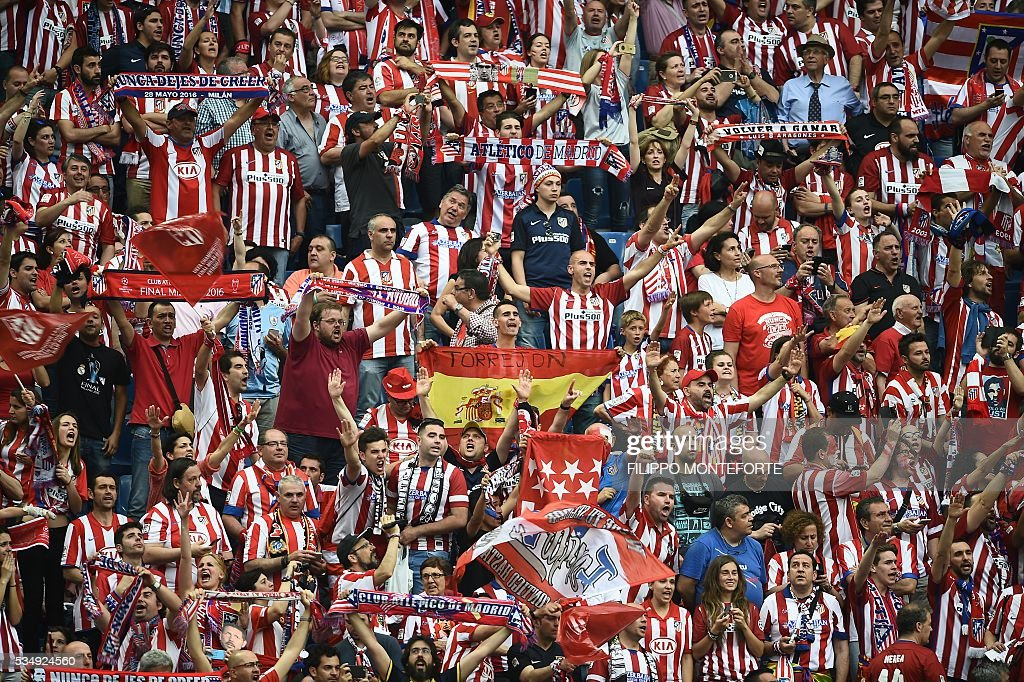 Atletico Madrid supporters cheer ahead of the start of the UEFA Champions League final football match between Real Madrid and Atletico Madrid at San Siro Stadium in Milan, on May 28, 2016. / AFP / FILIPPO
