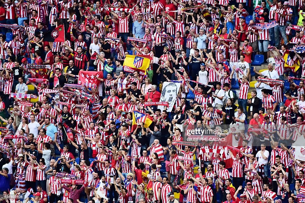 Atletico Madrid supporters cheer ahead of the start of the UEFA Champions League final football match between Real Madrid and Atletico Madrid at San Siro Stadium in Milan, on May 28, 2016. / AFP / GIUSEPPE