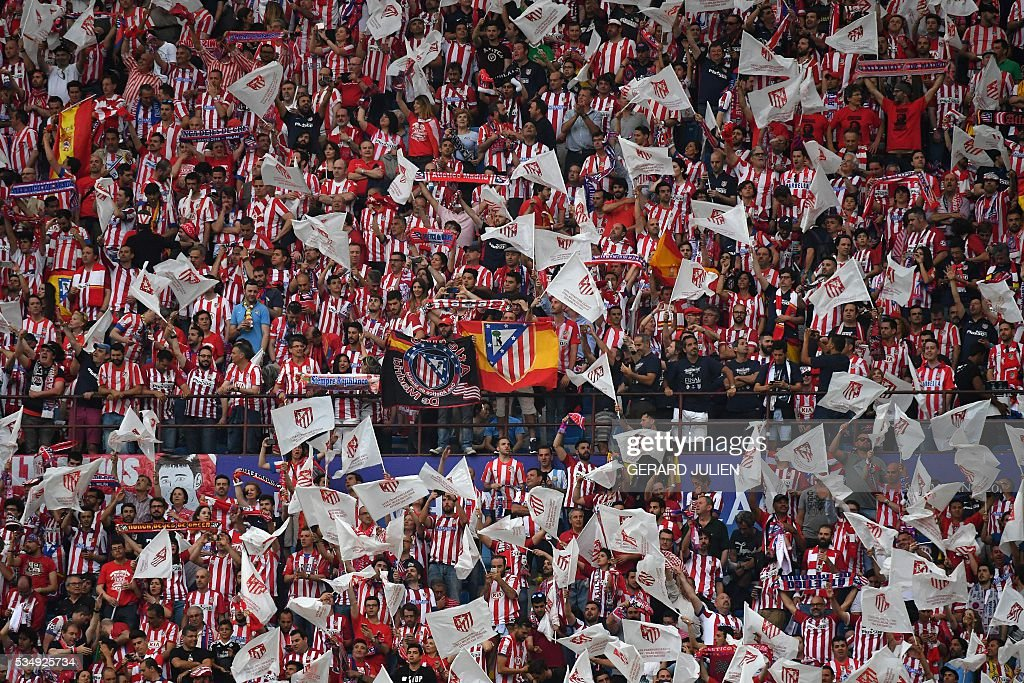 Atletico Madrid supporters cheer ahead of the start of the UEFA Champions League final football match between Real Madrid and Atletico Madrid at San Siro Stadium in Milan, on May 28, 2016. / AFP / GERARD