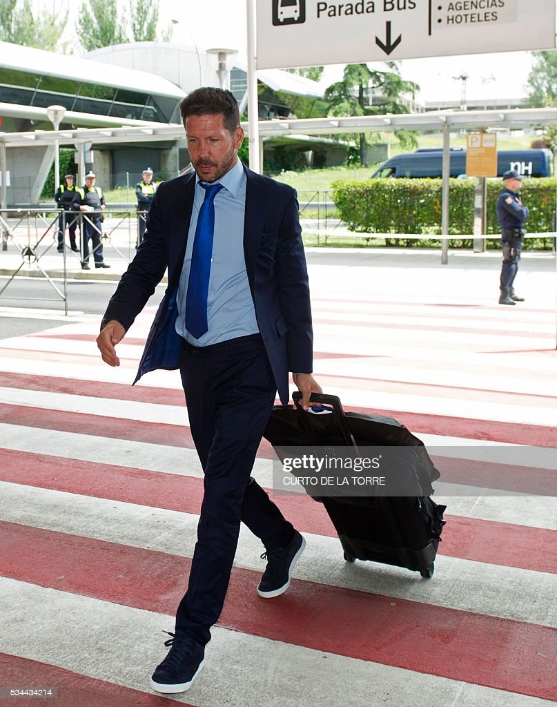 Atletico Madrid's Argentinian coach Diego Simeone arrives at the Terminal 3 of Madrid's Adolfo Suarez airport to take a flight to Milan, in Barajas on May 26, 2016. Real Madrid and Atletico de Madrid will play the Champions League final football match on May 28, 2016 in Milan. / AFP / CURTO