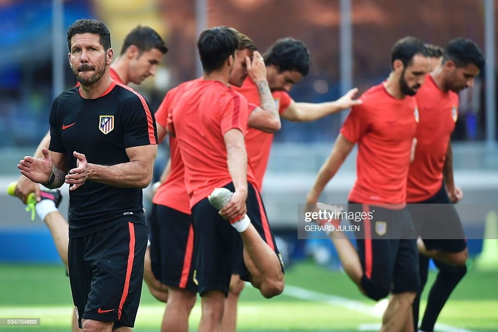 Atletico Madrid's Argentinian coach Diego Simeone (L) attends a training session at the San Siro Stadium in Milan, on May 27, 2016, on the eve of the UEFA Champions League final foobtall match between Real Madrid and Atletico Madrid. / AFP / GERARD