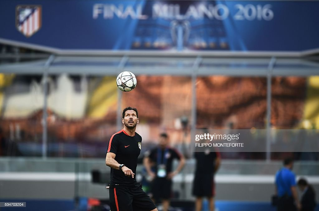 Atletico Madrid's Argentinian coach Diego Simeone controls the ball during a training session at the San Siro Stadium in Milan, on May 27, 2016, on the eve of the UEFA Champions League final foobtall match between Real Madrid and Atletico Madrid. / AFP / FILIPPO