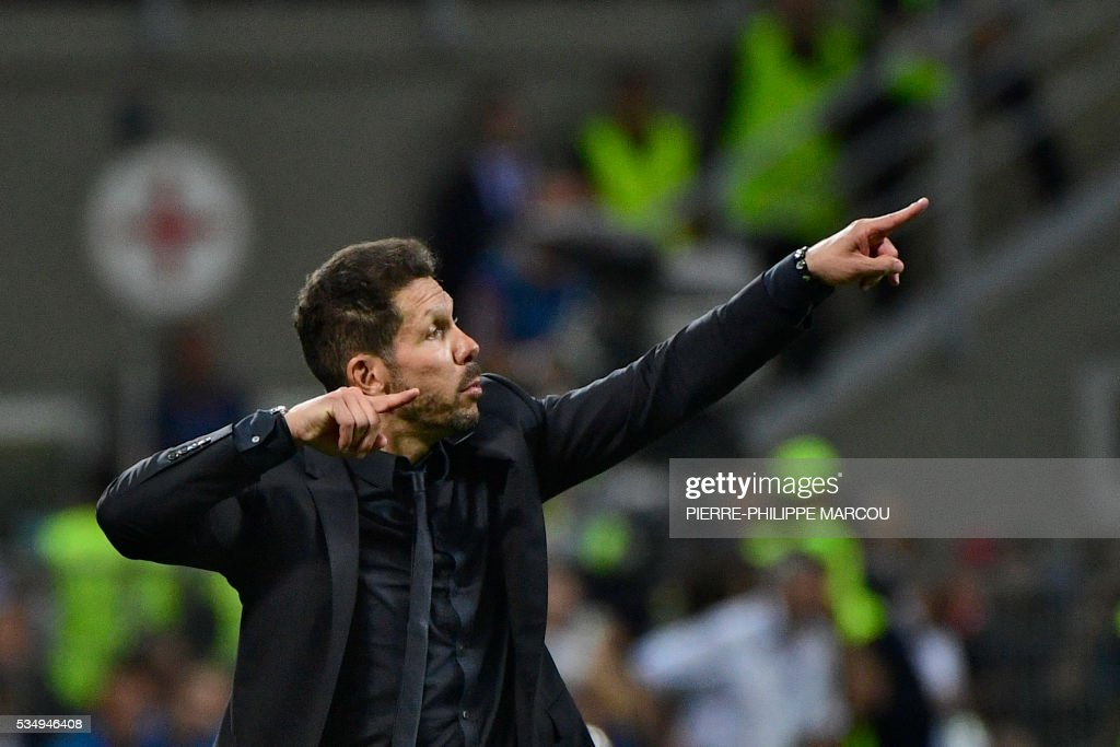 Atletico Madrid's Argentinian coach Diego Simeone gestures during the UEFA Champions League final football match between Real Madrid and Atletico Madrid at San Siro Stadium in Milan, on May 28, 2016. / AFP / PIERRE