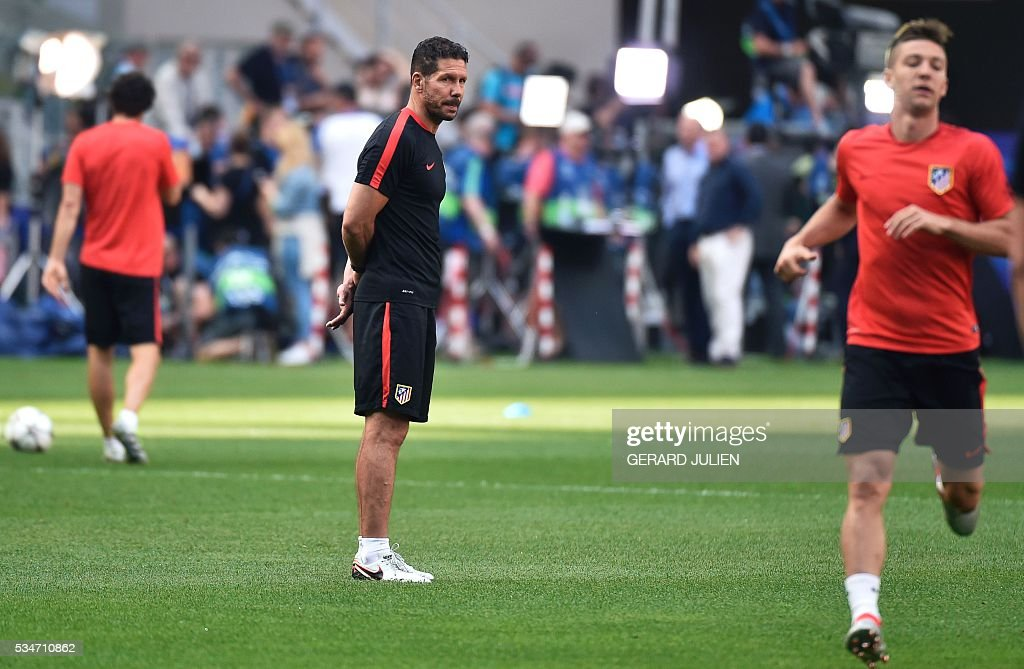 Atletico Madrid's Argentinian coach Diego Simeone (C) looks on during a training session at the San Siro Stadium in Milan, on May 27, 2016, on the eve of the UEFA Champions League final foobtall match between Real Madrid and Atletico Madrid. / AFP / GERARD
