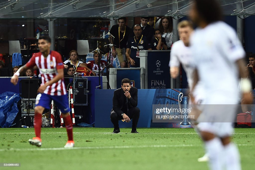 Atletico Madrid's Argentinian coach Diego Simeone (C) reacts during the UEFA Champions League final football match between Real Madrid and Atletico Madrid at San Siro Stadium in Milan, on May 28, 2016. / AFP / FILIPPO