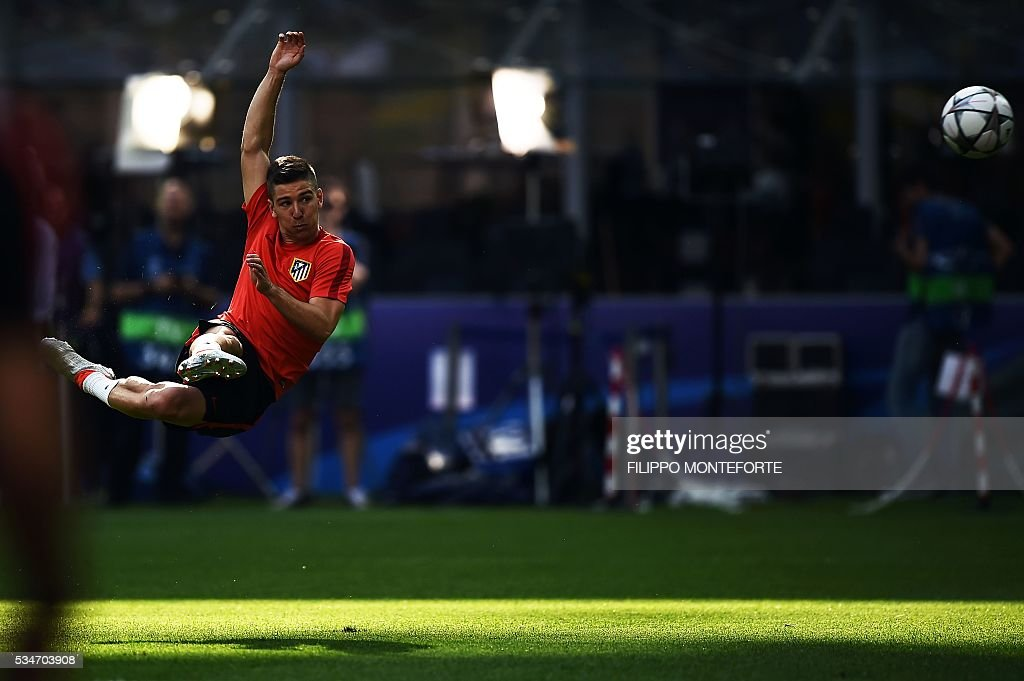 Atletico Madrid's Argentinian forward Luciano Vietto takes part in a training session at the San Siro Stadium in Milan, on May 27, 2016, on the eve of the UEFA Champions League final foobtall match between Real Madrid and Atletico Madrid. / AFP / FILIPPO