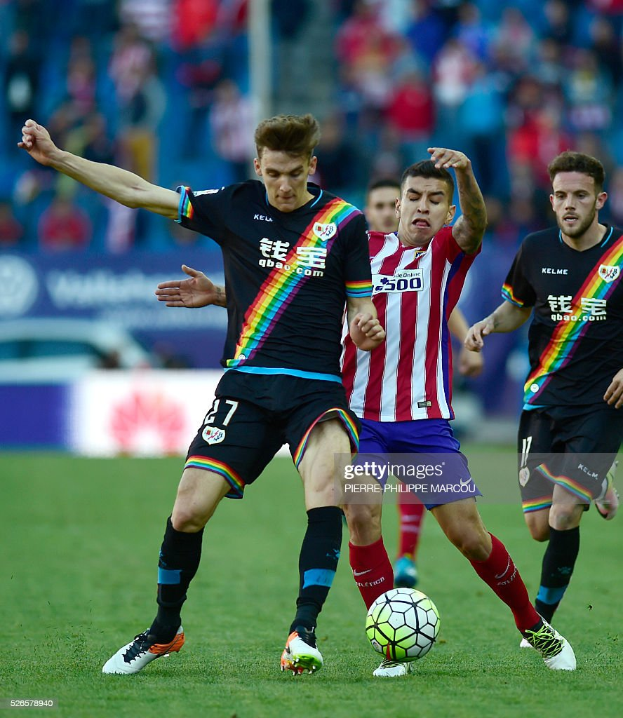 Atletico Madrid's Argentinian midfielder Angel Correa (C) vies with Rayo Vallecano's defender Diego Llorente (L) during the Spanish league football match Club Atletico de Madrid vs CF Rayo Vallecano at the Vicente Calderon stadium in Madrid on April 30, 2016. / AFP / PIERRE