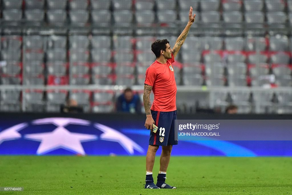 Atletico Madrid's Argentinian midfielder Augusto Fernandez waves after the UEFA Champions League semi-final, second-leg football match between FC Bayern Munich and Atletico Madrid in Munich, southern Germany, on May 3, 2016. / AFP / John MACDOUGALL