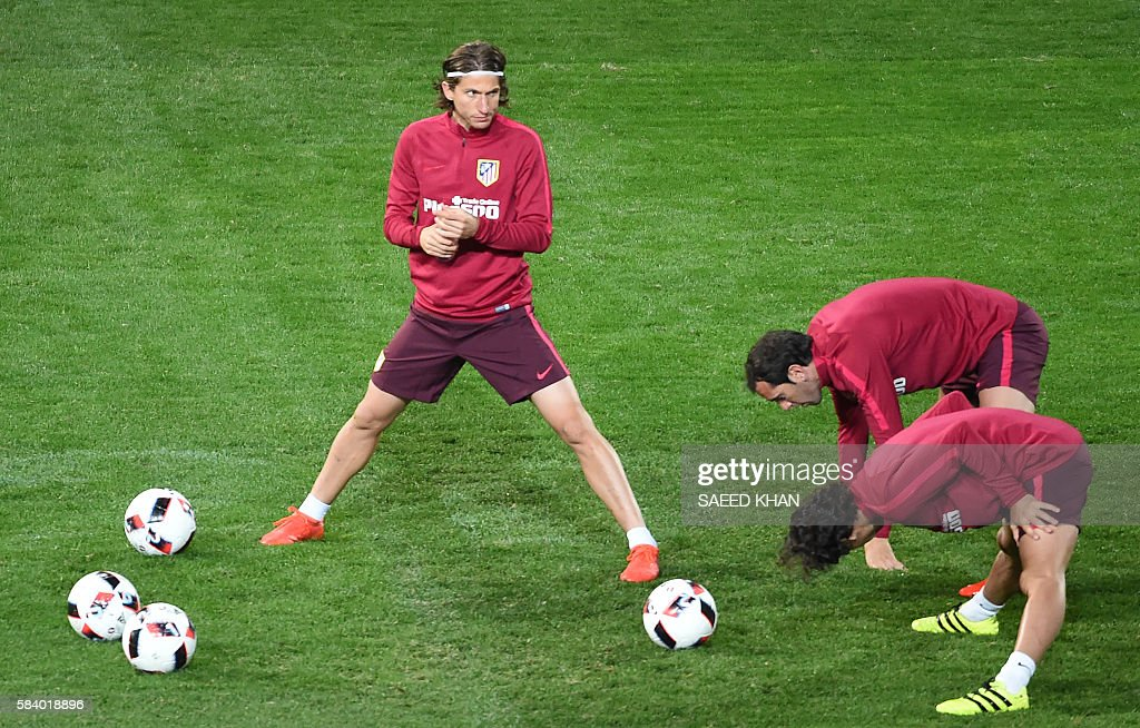 Atletico Madrid's Brazilian player Filipe Luis (L) joins teammates during a football training session at AAMI Park in Melbourne on July 28, 2016. / AFP / SAEED
