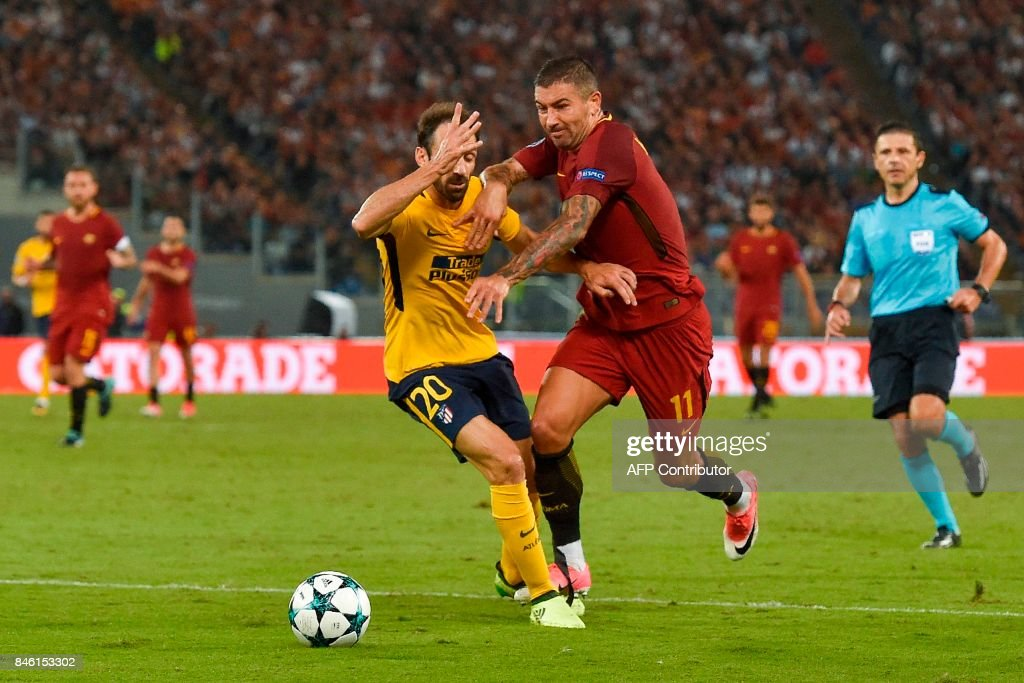 Atletico Madrid's defender Juanfran (L) defends against Roma's Serbian defender Aleksandar Kolarov during the UEFA Champions League Group C football match between AS Roma and Atletico Madrid on September 12, 2017 at the Olympic stadium in Rome. / AFP PHOTO / Andreas SOLARO