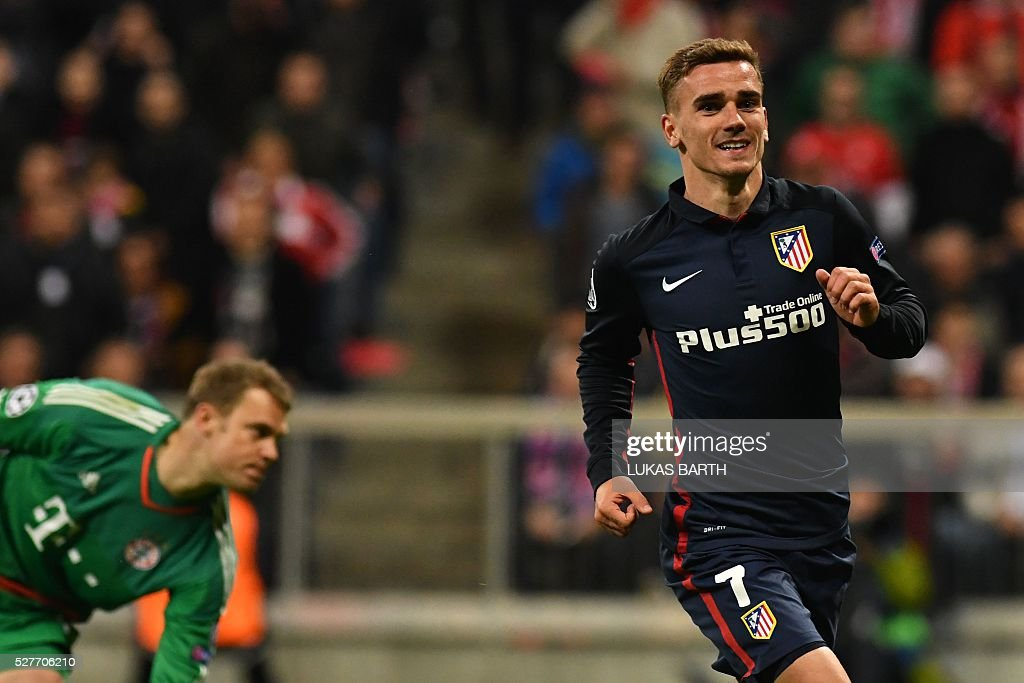 Atletico Madrid's French forward Antoine Griezmann celebrates scoring PAST Bayern Munich's goalkeeper Manuel Neuer (l) during the UEFA Champions League semi-final, second-leg football match between FC Bayern Munich and Atletico Madrid in Munich, southern Germany, on May 3, 2016. / AFP / LUKAS