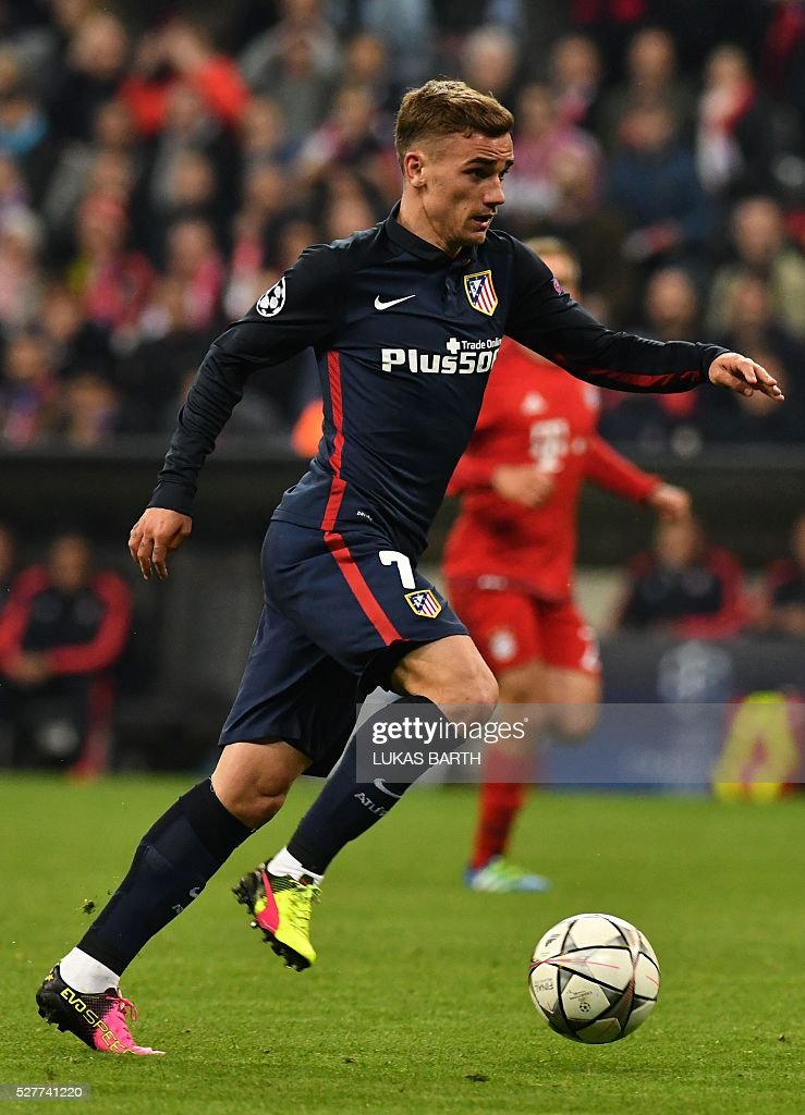 Atletico Madrid's French forward Antoine Griezmann runs ith the ball befoe scoring during the UEFA Champions League semi-final, second-leg football match between FC Bayern Munich and Atletico Madrid in Munich, southern Germany, on May 3, 2016. / AFP / LUKAS