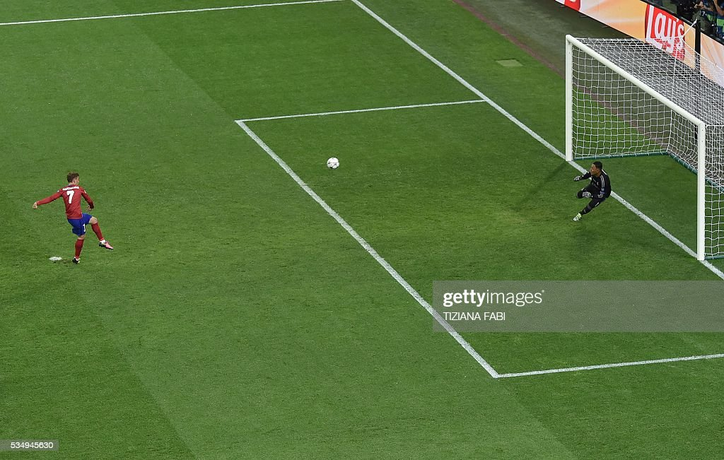 Atletico Madrid's French forward Antoine Griezmann shoots a penalty during the UEFA Champions League final football match between Real Madrid and Atletico Madrid at San Siro Stadium in Milan, on May 28, 2016. / AFP / TIZIANA