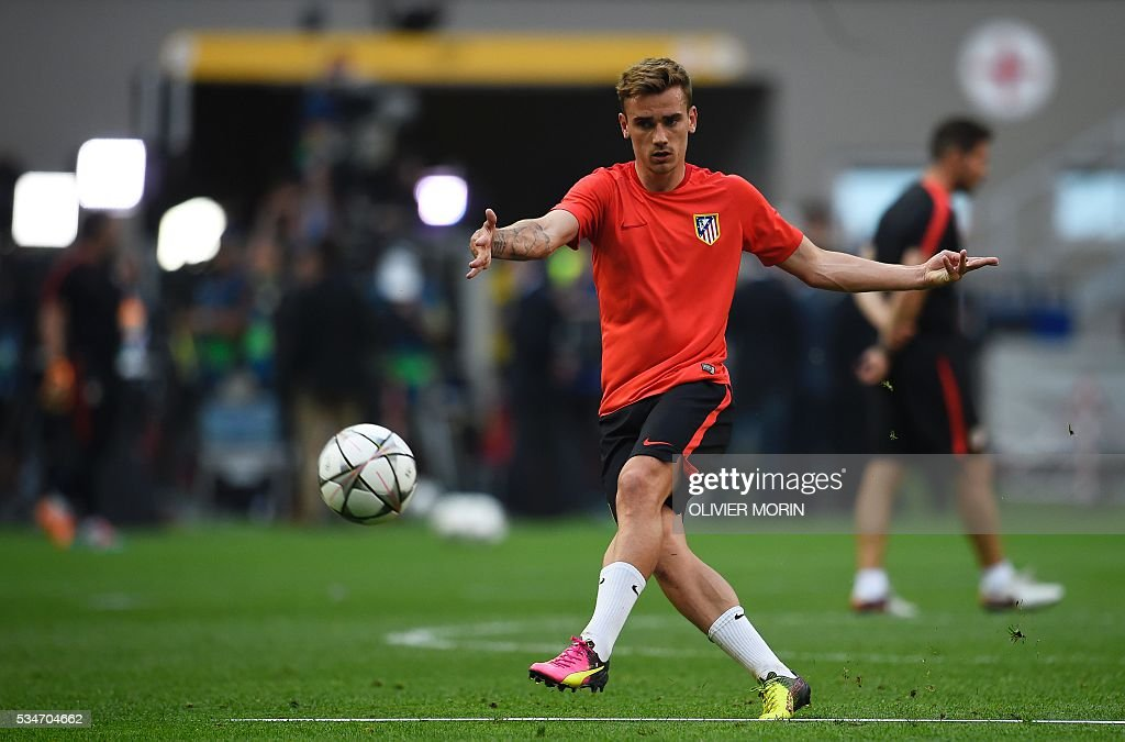 Atletico Madrid's French forward Antoine Griezmann takes part in a training session at the San Siro Stadium in Milan, on May 27, 2016, on the eve of the UEFA Champions League final foobtall match between Real Madrid and Atletico Madrid. / AFP / OLIVIER