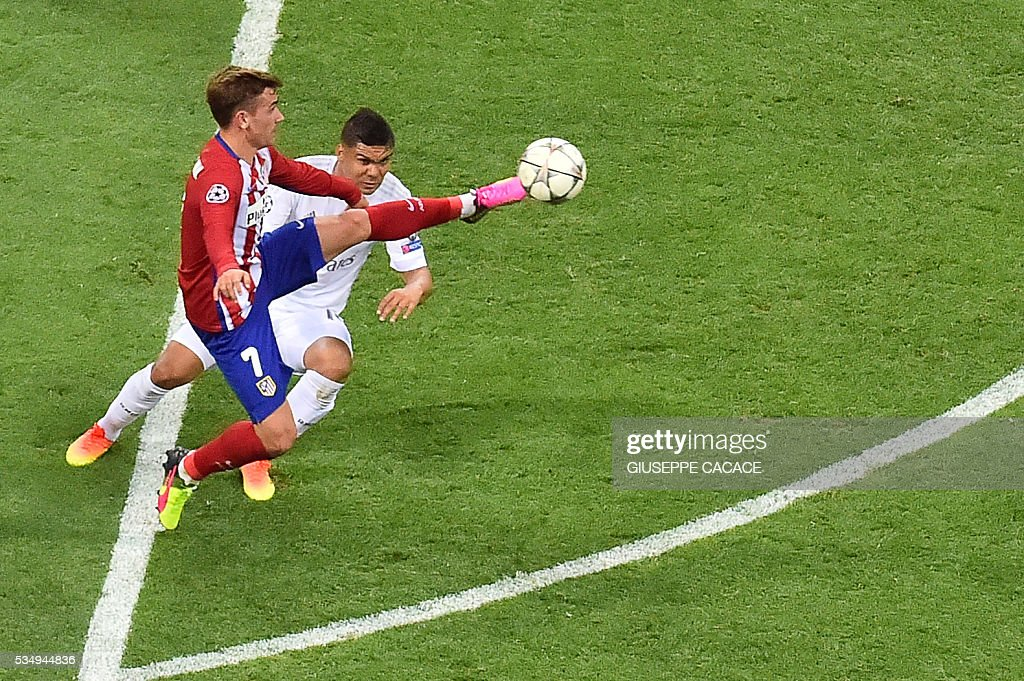 Atletico Madrid's French forward Antoine Griezmann (L) vies for the ball against Real Madrid's Portuguese forward Cristiano Ronaldo during the UEFA Champions League final football match between Real Madrid and Atletico Madrid at San Siro Stadium in Milan, on May 28, 2016. / AFP / GIUSEPPE