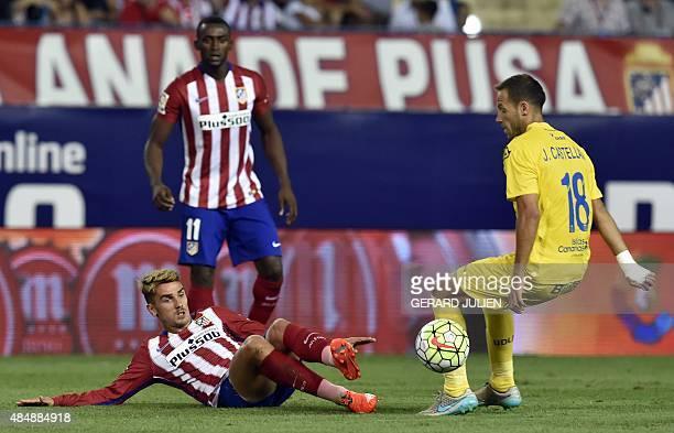 Atletico Madrid's French forward Antoine Griezmann vies with Las Palmas' midfielder Javi Castellano during the Spanish league football match Club...