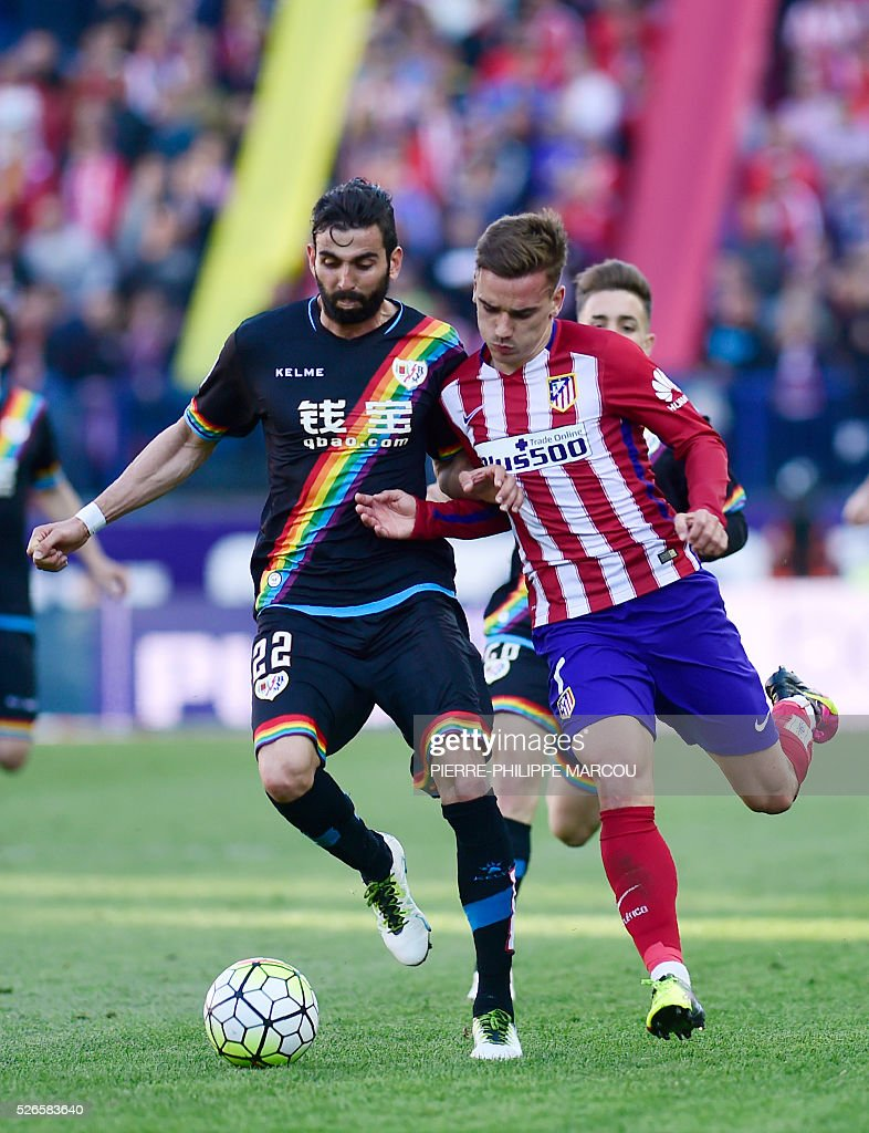 Atletico Madrid's French forward Antoine Griezmann (R) vies with Rayo Vallecano's midfielder Crespo during the Spanish league football match Club Atletico de Madrid vs CF Rayo Vallecano at the Vicente Calderon stadium in Madrid on April 30, 2016. / AFP / PIERRE