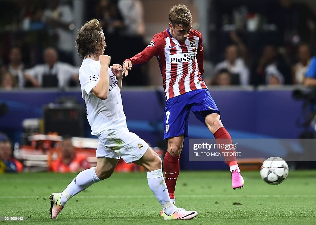 Atletico Madrid's French forward Antoine Griezmann (R) vies with Real Madrid's Croatian midfielder Luka Modric during the UEFA Champions League final football match between Real Madrid and Atletico Madrid at San Siro Stadium in Milan, on May 28, 2016. / AFP / FILIPPO