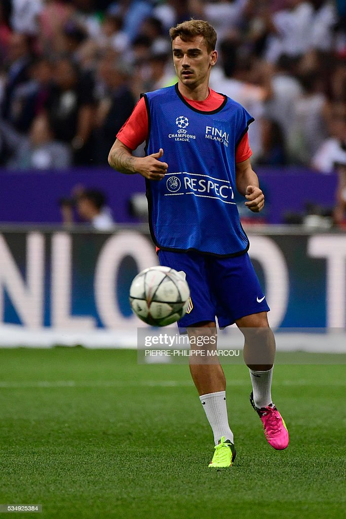 Atletico Madrid's French forward Antoine Griezmann warms up ahead of the start of the UEFA Champions League final football match between Real Madrid and Atletico Madrid at San Siro Stadium in Milan, on May 28, 2016. / AFP / PIERRE