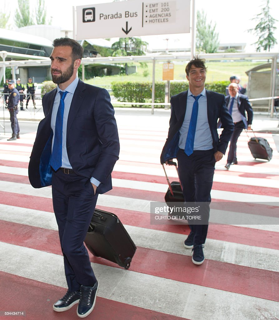 Atletico Madrid's goalkeeper Miguel Angel Moya (L) and Atletico Madrid's midfielder Oliver Torres arrive at the Terminal 3 of Madrid's Adolfo Suarez airport to take a flight to Milan, in Barajas on May 26, 2016. Real Madrid and Atletico de Madrid will play the Champions League final football match on May 28, 2016 in Milan. / AFP / CURTO