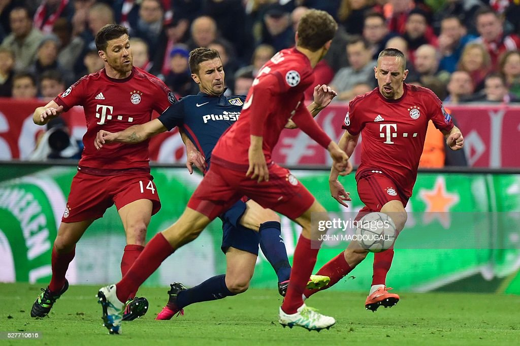 Atletico Madrid's midfielder Gabi is pressured by Bayern Munich's Spanish midfielder Xabi Alonso (L) and Bayern Munich's French midfielder Franck Ribery (R) during the UEFA Champions League semi-final, second-leg football match between FC Bayern Munich and Atletico Madrid in Munich, southern Germany, on May 3, 2016. / AFP / John MACDOUGALL