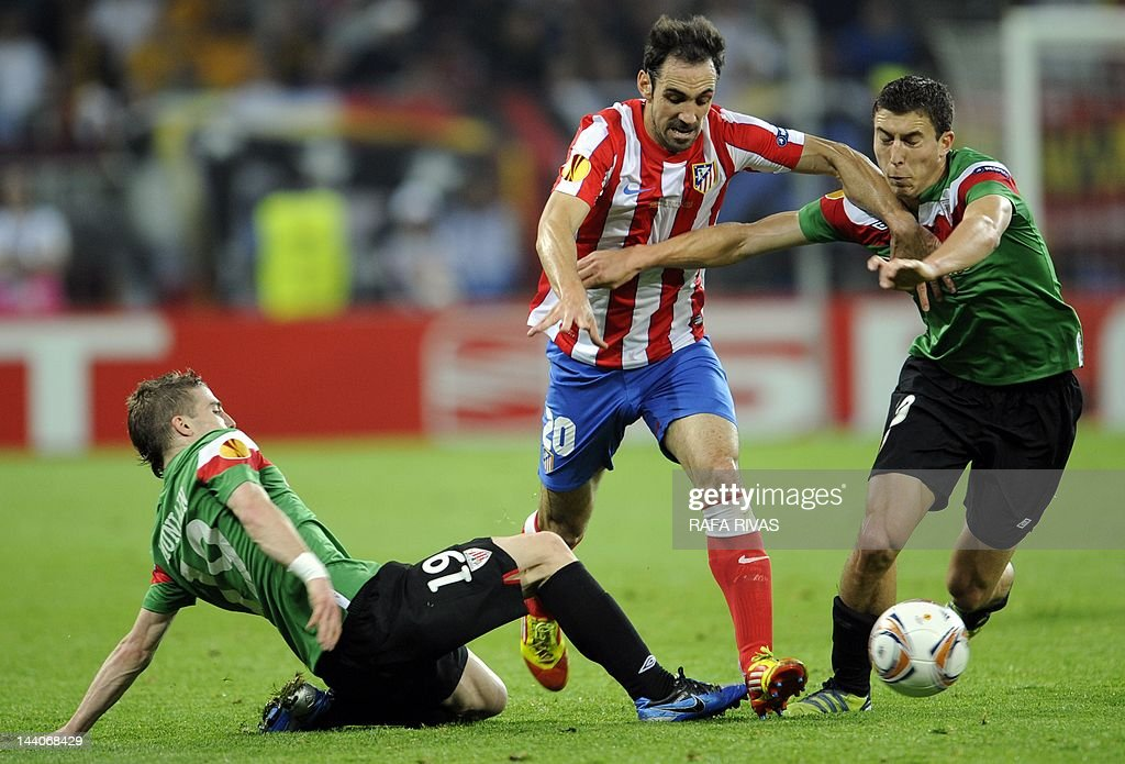 Atletico Madrid's midfielder Juanfran (C) vies with Atletico Madrid's Argentinian midfielder Eduardo Salvio (R) and midfielder Koke during the UEFA Europa League final football match between Club Atletico Madrid and Athletic Club Bilbao on May 9, 2012 at the National Arena stadium in Bucharest.