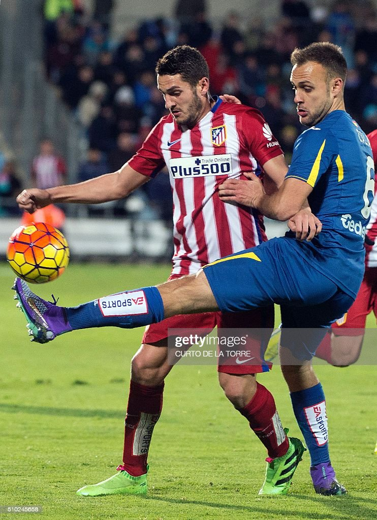 Atletico Madrid's midfielder Koke (L) vies with Getafe's defender Juan Cala during the Spanish league football match Getafe CF vs Club Atletico de Madrid at the Col. Alfonso Perez stadium in Getafe on February 14, 2016. TORRE