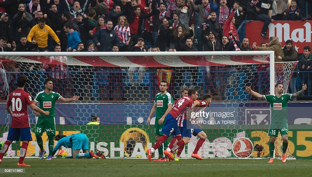 Atletico Madrid's midfielder Saul Niguez celebrates after scoring with teammates during the Spanish league football match Club Atletico de Madrid vs SD Eibar at the Vicente Calderon stadium in Madrid on February 6, 2016. AFP PHOTO / CURTO DE LA TORRE / AFP / CURTO DE LA TORRE