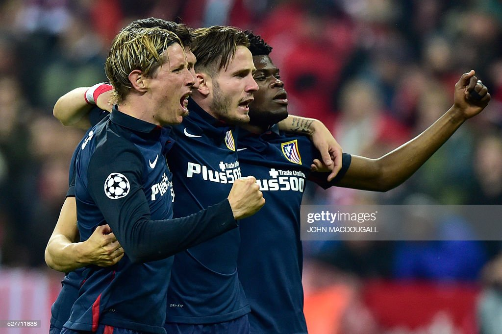 Atletico Madrid's players celebrate winning the UEFA Champions League semi-final, second-leg football match between FC Bayern Munich and Atletico Madrid in Munich, southern Germany, on May 3, 2016. / AFP / John MACDOUGALL
