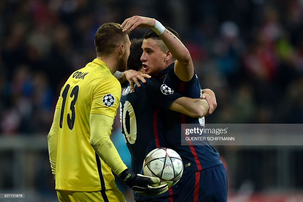 Atletico Madrid's Slovenian goalkeeper Jan Oblak (L) and Atletico Madrid's Uruguayan defender Jose Maria Gimenez celebrate qualifying for the final after the UEFA Champions League semi-final, second-leg football match between FC Bayern Munich and Atletico Madrid in Munich, southern Germany, on May 3, 2016. / AFP / GUENTER