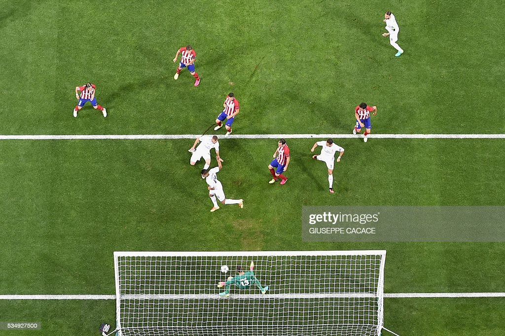 Atletico Madrid's Slovenian goalkeeper Jan Oblak blocks the ball during the UEFA Champions League final football match between Real Madrid and Atletico Madrid at San Siro Stadium in Milan, on May 28, 2016. / AFP / GIUSEPPE