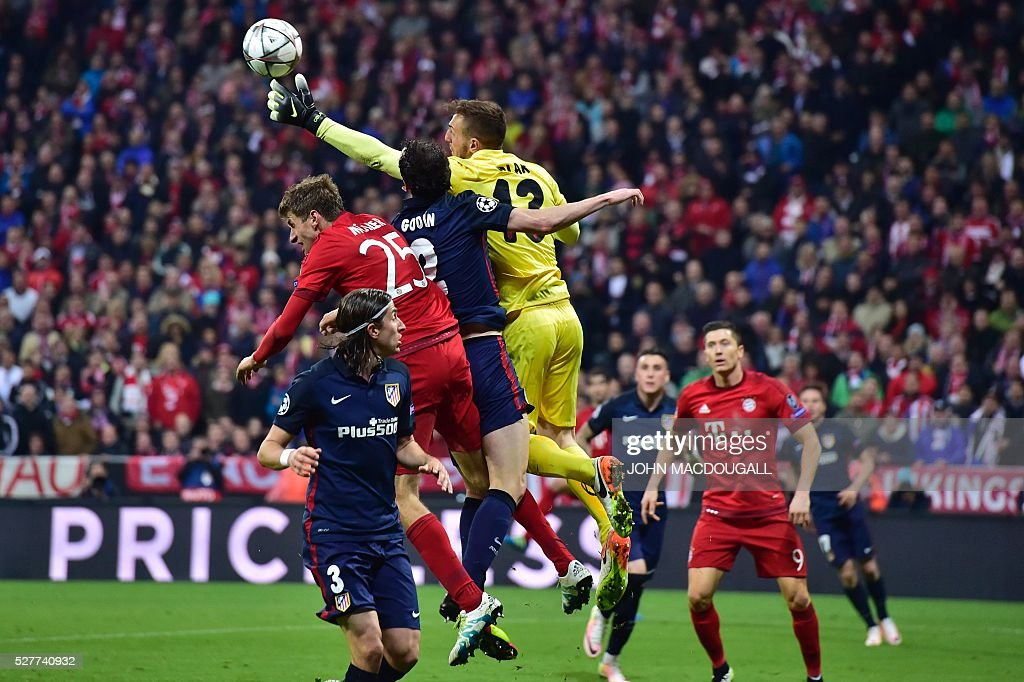 Atletico Madrid's Slovenian goalkeeper Jan Oblak makes a save during the UEFA Champions League semi-final, second-leg football match between FC Bayern Munich and Atletico Madrid in Munich, southern Germany, on May 3, 2016. / AFP / John MACDOUGALL