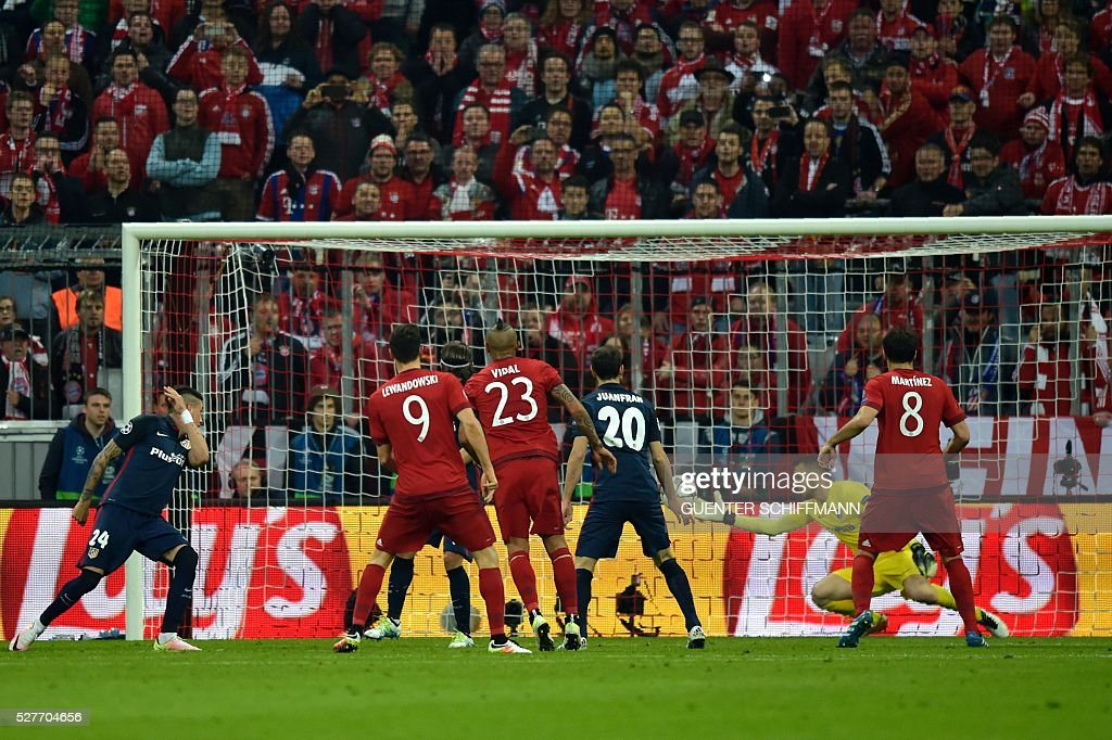 Atletico Madrid's Slovenian goalkeeper Jan Oblak (2ndR) misses catch the ball shot by Bayern Munich's Spanish midfielder Xabi Alonso (unpictured) to open the score during the UEFA Champions League semi-final, second-leg football match between FC Bayern Munich and Atletico Madrid in Munich, southern Germany, on May 3, 2016. / AFP / GUENTER