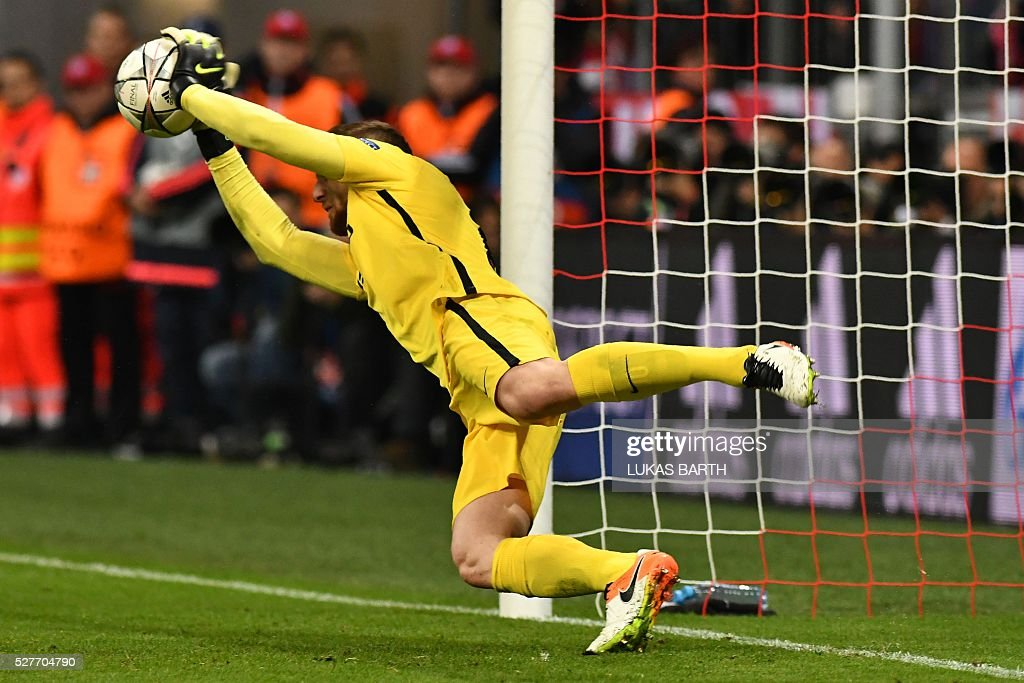 Atletico Madrid's Slovenian goalkeeper Jan Oblak saves Mueller's penalty during the UEFA Champions League semi-final, second-leg football match between FC Bayern Munich and Atletico Madrid in Munich, southern Germany, on May 3, 2016. / AFP / LUKAS