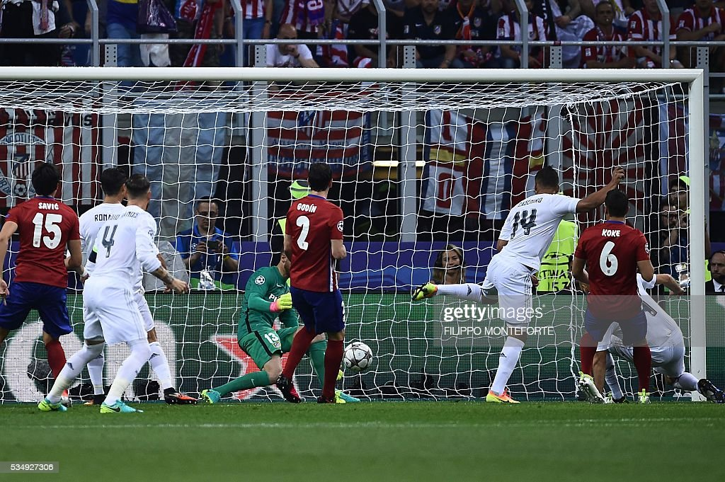 Real Madrid's Costa Rican goalkeeper Keylor Navas stops the ball during the UEFA Champions League final football match between Real Madrid and Atletico Madrid at San Siro Stadium in Milan, on May 28, 2016. / AFP / FILIPPO