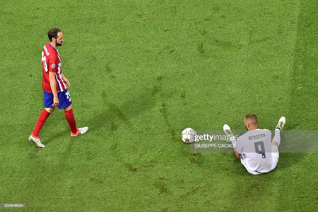 Atletico Madrid's Spanish defender Juanfran (L) looks over towards Real Madrid's French forward Karim Benzema during the UEFA Champions League final football match between Real Madrid and Atletico Madrid at San Siro Stadium in Milan, on May 28, 2016. / AFP / GIUSEPPE