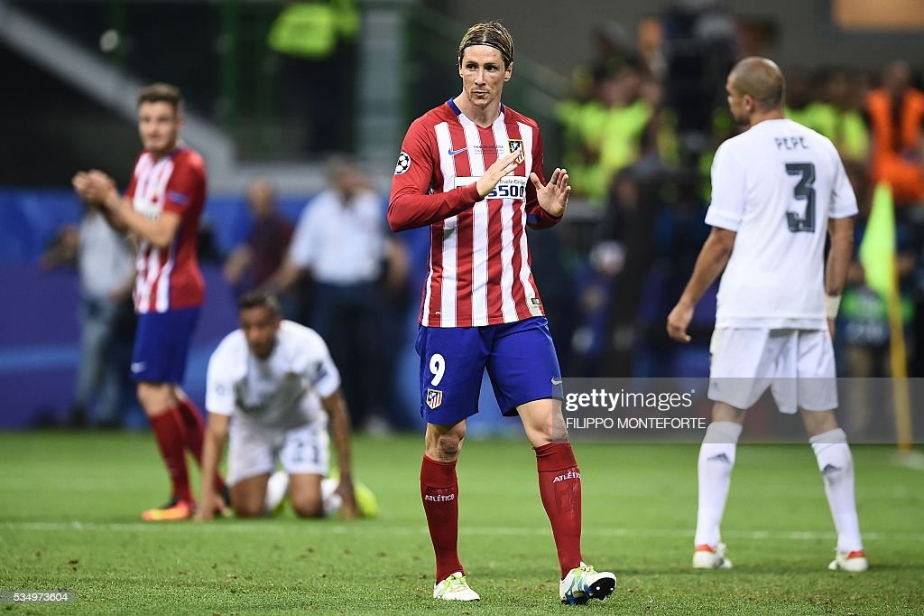 Atletico Madrid's Spanish forward Fernando Torres (2nd R) gestures during the UEFA Champions League final football match between Real Madrid and Atletico Madrid at San Siro Stadium in Milan, on May 28, 2016. / AFP / FILIPPO